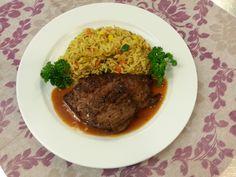 Rinds-Mexikaner-Steak Rotweinsauce Gebratener Gemüsereis