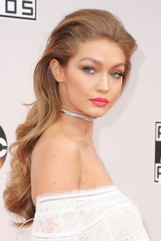 At the 2016 American Music AwardS Gigi Hadid put the focus on her pout with peachy coral lips.