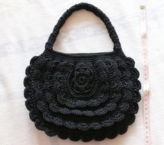 sac noir... I love the look of this classy little purse with rows of frills that aren't too frilly... Free diagrams for crocheting this bag!