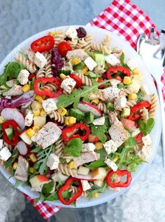 Kyllingsalat med pasta, eple & fetaost - LINDASTUHAUG Frisk, Crunches, Guacamole, Cobb Salad, Pesto, Tapas, Food And Drink, Pizza, Turkey