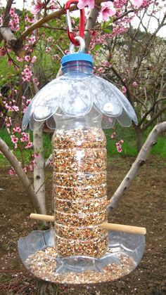Bird Feeder Craft, Wooden Bird Feeders, Bird House Feeder, Diy Home Crafts, Garden Crafts, Garden Projects, Plastic Bottle Crafts, Recycle Plastic Bottles, Homemade Bird Feeders