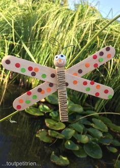 holiday graphism Nature dragonfly with tweezers wooden sticks. Popsicle Stick Crafts, Craft Stick Crafts, Diy And Crafts, Projects For Kids, Diy For Kids, Crafts For Kids, Butterfly Crafts, Spring Art, Nature Crafts