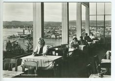 Oslo Ekeberg-restauranten 1940-tallet Utg Normann Den opprinnelige restauranten ble oppført allerede i 1916, av Tiedemanns Tobakksfabrikk.  I 1927 vant Oslo-Arkitekten Lars Backer konkurransen om å tegne nye Ekebergrestauranten. To år etter konkurransen stod et av Europas fremste funkisbyggverk ferdig, til glede for hele Oslos befolkning.