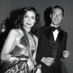 Tag your best gal. the 2018 collection is launching at Halston tomorrow - are you ready? Halston and Bianca Jagger wearing Halston 1977 at the Met Ball. Studio 54 Fashion, Studio 54 Style, 70s Fashion, Party Fashion, Fashion History, Fashion News, Vintage Fashion, Vintage Style, American Fashion