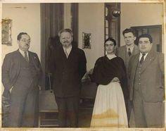 """"""" En la imagen aparece Frida Kahlo y Léon Trotsky, acompañados por el Lic. Antonio Villalobos, el Coronel José Escudero Andrade y Jean van Heijenoort, en la sala de la Casa Azul de Coyoacán que hoy es la sala 1 del Museo Frida Kahlo. Foto: Anónimo..."""
