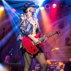 Vintage Fashion NL- dress in style Female Guitarist, Female Singers, Bass, Prs Guitar, Women Of Rock, Guitar Girl, Beautiful Guitars, Metal Girl, Playing Guitar