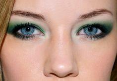 Nemcsak a kék, de a sötétebb zöld szín is nagyon fiatalos és látványos kombinációt alkot a kék szemmel.