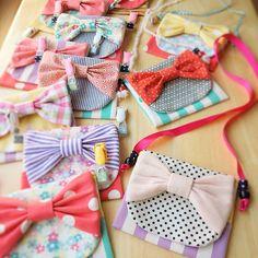 いいね!193件、コメント14件 ― ikueさん(@pommecocoa)のInstagramアカウント: 「handmade*移動ポケット リボンポケット、クリップの代わりにリボンを通すとこんな感じです🎀 リボンのポケットはとりあえずおわりで、違うのまた作ります(^ー^*) #移動ポケット…」 Fabric Bags, Felt Fabric, Craft Stick Crafts, Diy And Crafts, Diy Clothes Bag, Etsy Business, Christmas Bags, Kids Bags, Handmade Accessories