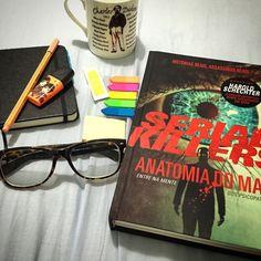 Hora de descansar! Peguei pra ver qual seria o 'esquema' do livro e depois das primeiras páginas tive que correr pegar mais flags, caderno de anotações e chá. Bora ler só algumas páginas antes de dormir 😉 #book #livro #Psychobooks