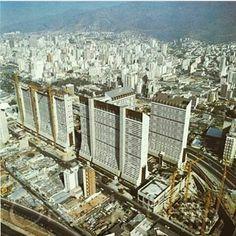 Construcción de Parque Central Para 1974 todos los edificios residenciales del complejo Parque Central habían sido terminados en menos de cuatro años. Los edificios residenciales Tacagua, Caroata, Catuche, Tajamar, San Martín, Mohedano, El Tejar y Anauco estaban listos y sus apartamentos entregados. Cada edificio contaba con 317 apartamentos, 44 pisos y una altura record de 127m lo que los convirtió en los más altos de Venezuela.apartamentos de 141m2, 121m2, 80m2 y 46m2.