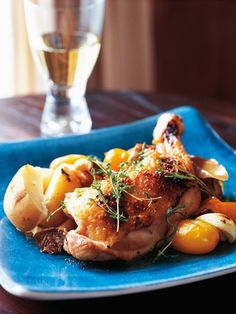 骨付きの鶏もも肉を野菜と共に豪快にグリルし、にんにく、唐辛子、ハーブが効いたオイルをかけて|『ELLE a table』はおしゃれで簡単なレシピが満載!