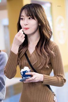 Yuri, Korean Best Friends, Sakura Miyawaki, Survival, Anime Girl Cute, Japanese Girl Group, Airport Style, Girl Crushes, Kpop Girls
