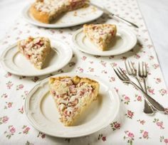 Rhubarb pie with marzipan and meringue