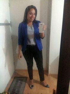 Pantalon negro, blusa a rayas JOAQUIN MIRO y saco azulino CAMILA VIALE.