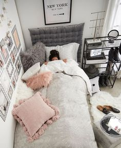 Find the most cozy, modern and luxury dream rooms for women here. Find the most cozy, modern and luxury dream rooms for women here. Cute Girls Bedrooms, Small Teen Bedrooms, Small Teen Room, Bedroom Design For Teen Girls, College Bedrooms, Girl College Dorms, College Walls, Teen Bedroom Designs, Neutral Bedrooms