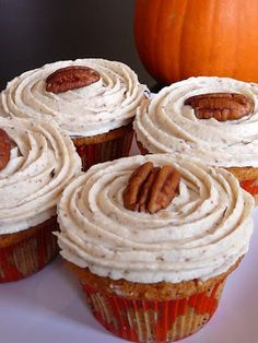 Brown Butter Pumpkin Cupcakes with Maple Pecan Frosting NOTES: Have made this cupcake recipe and frosting recipe but haven't served together. Both are delicious! Frosting is amazing on chocolate cupcakes too Beaux Desserts, Köstliche Desserts, Delicious Desserts, Yummy Food, Cupcake Recipes, Cupcake Cakes, Dessert Recipes, Recipes Dinner, Dinner Ideas