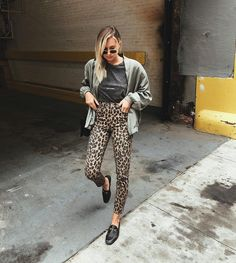 T-shirt look balada Ideas Leopard Print Dress Outfit, Leopard Print Pants, Printed Pants Outfits, Animal Print Jeans, Animal Prints, Fall Outfits, Casual Outfits, Cozy Fashion, Dressing