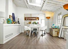Carreaux imitation parquet de bois et salle à manger blanche