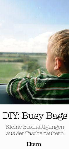 Schon von Busy Bags gehört? Das sind kleine Überraschungsbeutel für Kinder, die Ihr ganz leicht selber vorbereiten und aus der Tasche zaubern könnt, wenn es drauf ankommt. Schwupps, ist Euer Kleines erstmal freudig beschäftigt und Ihr könnt in Ruhe auf dem Zahnarztstuhl Platz nehmen, ein Behördengespräch führen oder einfach ohne Geschrei weiter Bus fahren. Auch auf längeren Autoreisen unterhalten diese kleinen Überraschungsbeutel Eure Kinder eine ganze Weile.