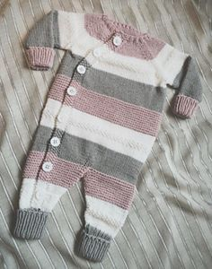 Ravelry: Lettvintdress pattern by Veslestrikk Knit Baby Dress, Knitted Baby Clothes, Knitted Romper, Baby Cardigan, Knitting For Kids, Baby Knitting Patterns, Baby Patterns, Dress Patterns, Baby Jumpsuit