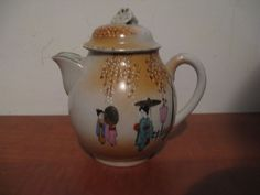 A very nice tea jug, Japanese 1900, decorated with women and gold...with a lid ! #