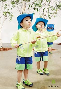 Daehan, Minguk, Manse are Focused Playing with Sand and Collecting Insects in a Photo Shoot.