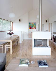 Offener Kaminofen im Wohnzimmer als Verlängerung der Essküche