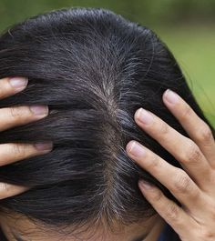 Hair Remedies 20 Simple Ways To Cover Gray Hair Naturally At Home - Gray hair is among the most dreadful nightmares that women have. Worry not, here I give you 20 simple ways on how to cover gray hair naturally at home. Have a look Dyed Natural Hair, Pelo Natural, Natural Hair Styles, Grey Hair Dye, White Hair, Black Hair, Color Your Hair, Cool Hair Color, Brunettes