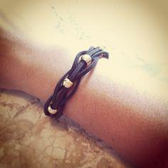 Pulseira Camurça 5 Fios Marrom R$ 20,00 Comprimento: 15 cm A pulseira tem fecho lagosta dourado e corrente extensora de 4cm, assim cabe em todos os tipos de braços. Entregamos para todo Brasil (PAC ou Sedex).  Contato: lufbijoux@gmail.com