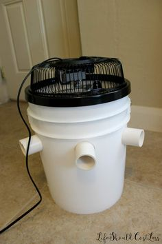 Learn how to build a DIY Bucket Air Conditioner. Emergency Preparation, Emergency Preparedness, Emergency Supplies, Simple Life Hacks, Useful Life Hacks, Bucket Air Conditioner, Diy Air Conditioner, Air Conditioner Alternative, Camping Hacks