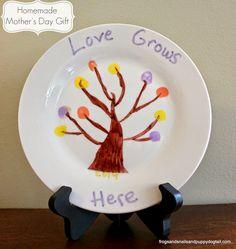 (FSPDT): Homemade Mother's Day Gift ~ Fingerprint Tree Plate. Gift idea that kids can help make for mom or grandmom.