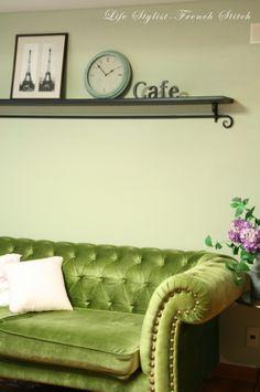 그린색 쇼파와 어울릴 올리브 그린색으로 거실에 우아한 분위기를 덧입다. The Classy Premium Paint (SH S 2010-G80Y) by 프렌치 스티치