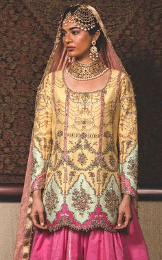 Wao such an ethnic look for bride Pakistani Couture, Pakistani Bridal Wear, Pakistani Dress Design, Pakistani Outfits, Indian Outfits, Indian Clothes, Embroidery Suits, Embroidery Fashion, Indian Embroidery
