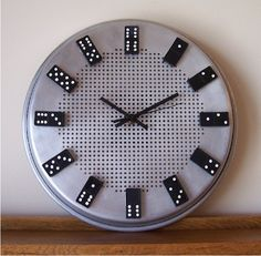 DIY Domino Clock You will need : stainless steel pan Glue Domino clock parts Make A Clock, Diy Clock, Clock Ideas, Domino Crafts, Burner Covers, Cool Clocks, Game Room, Fun Crafts, Repurposed