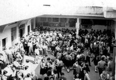 Uma foto de 1964 onde vemos a Hora do recreio no Colégio Olavo Bilac na Lapa. O colégio ficava na rua 12 de Outubro.