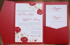 Un faire-part aux roses rouges avec des feuilles dorées collerait très bien au thème