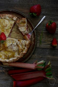 Cake's Amore... and more: Rhubarb and strawberry pie