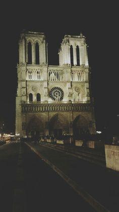 Notre Dame de Paris;1163/1344;gotico;Parigi(Ile de la Citè),Francia.  E' stata una delle prime grandi chiese gotiche d'Europa,la cattedrale ha pianta a croce latina con transetto poco sporgente, profondo coro terminante con un'abside semicircolare e cinque navate. Notre Dame non è come tutte le altre chiese gotiche infatti con l'aggiunta delle cappelle venne meno l'illuminazione delle navate laterali. Inoltre vi è la presenza di un matroneo ben definito e con finestre più articolate. (foto…