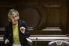 La ministre des Finances du Portugal, Maria Luis Albuquerque, s'exprime au Parlement à Lisbonne le 7 août 2014