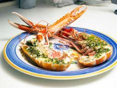 Havskräftor, grillade i ugn, serveras med smör som får smak av fräsch citron samt dragon.
