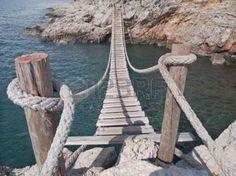passerelle en bois: pont suspendu en bois côte rocheuse connecter