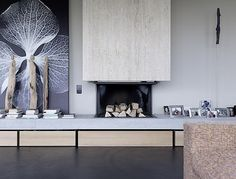 This modern concrete house is absolutely fantastic.House Szelpal by Felber Szélpal Architekten was built in in Switzerland. Simple and beautiful! Modern Fireplace, Fireplace Design, Fireplace Stone, Concrete Fireplace, Style At Home, Home Living Room, Living Spaces, Living Comedor, Modern Bathroom Design
