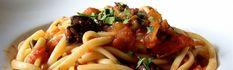 <p>Les+linguine+alla+puttanesca+(de+l'italien+signifiant+littéralement+en+français+«+linguine+à+la+putain»)+sont+un+plat+de+pâtes+traditionnel+d'origine+napolitaine,+dont+la+sauce+est+une+combinaison+piquante+d'ail,+de+tomates,+de+câpres,+d'olives+et+d'anchois.+Le+nom+de+cette+recette+donne+lieu+à+plusieurs+interprétations.+Difficulté+:+…</p>