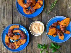 hokkaido-fritter med bacon og chilimayo -lækker opskrift med græskar Snack Recipes, Snacks, Fritters, Lchf, Pesto, A Food, Tapas, Carrots, Foodies