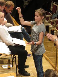 Gerade Kinder können auf eine herrlich unprätentiöse Weise in ihren Gesten zeigen, was sie darstellen wollen. Das fasziniert Orchester und Solisten gleichermaßen...!
