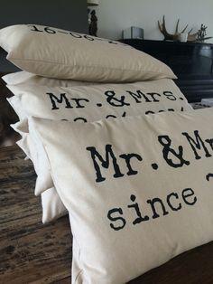 Kussen voor bruiloft of jubileum. Persoonlijk huwelijkscadeau. Cadeau bruiloft. Www.just-m.nl