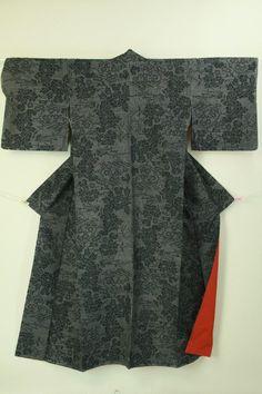 Black tsumugi komon, flower pattern / 黒地 花柄 紬小紋  #Kimono #Japan http://www.rakuten.co.jp/aiyama/