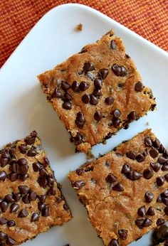 These Pumpkin- Chocolate Chip Squares are an easy-to-make fall treat. Köstliche Desserts, Delicious Desserts, Dessert Recipes, Yummy Food, Pumpkin Recipes, Fall Recipes, Sweet Recipes, Yummy Treats, Sweet Treats
