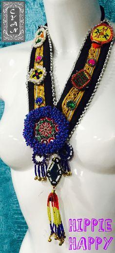 Adorna tu cuello con este collar artesanal que han sido diseñado con un original estilo para que se convierta en el complemento ideal con el que adornar cualquier look. Lleno de detalles,  hará que todas las miradas se vuelvan hacia ti. No te quedes con las ganas de lucirlo y mándanos un mensaje si quieres saber más sobre ellos.  #modamujer #Cyan #étnico  #hindú #India #Pakistán #HippieHappy #exclusiva #artesanía #collares
