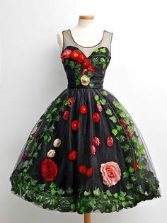 Mix a couple of roses with a handful of green leaves for this delicious Sicilian Gelato. Best served under the Italian sun. Pretty Outfits, Pretty Dresses, Beautiful Dresses, Sweet 16 Dresses, Simple Dresses, Vintage Dresses, Vintage Outfits, Vintage Fashion, Winter Ball Dresses
